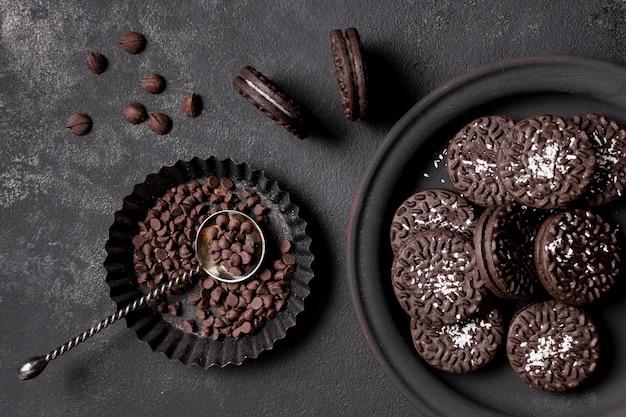 Biscoitos deliciosos com creme e lascas de chocolate