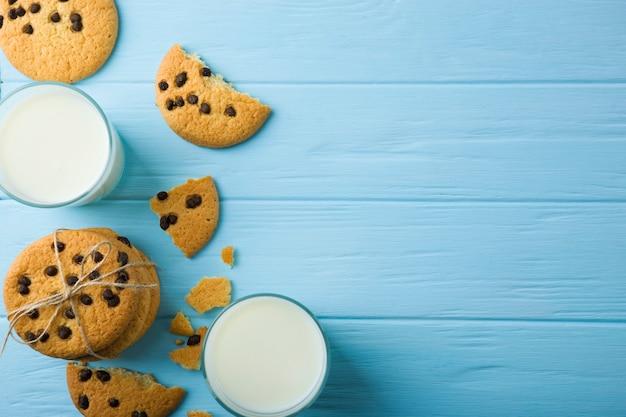 Biscoitos deliciosos com gotas de chocolate em um fundo colorido