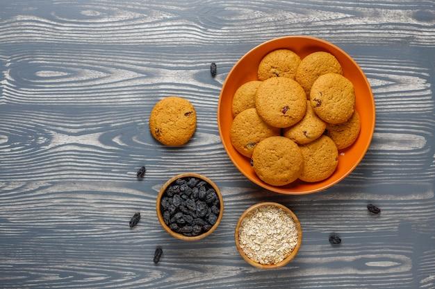 Biscoitos deliciosos com passas e aveia, vista de cima