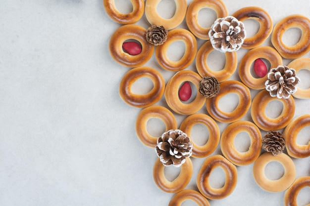 Biscoitos deliciosos com pinhas de natal em fundo branco. foto de alta qualidade