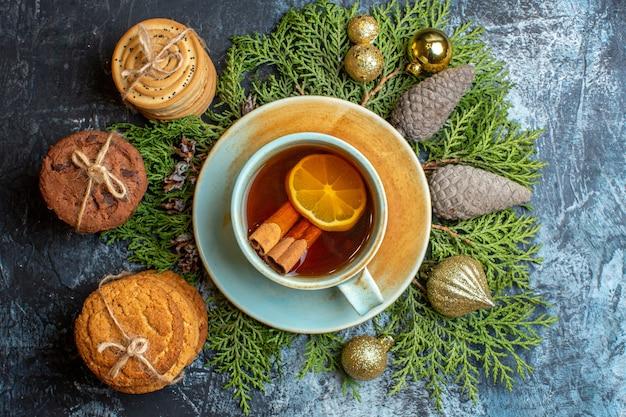 Biscoitos deliciosos com uma xícara de chá de cima
