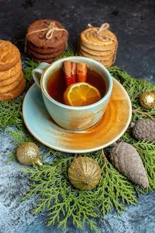 Biscoitos deliciosos de frente com uma xícara de chá na superfície clara