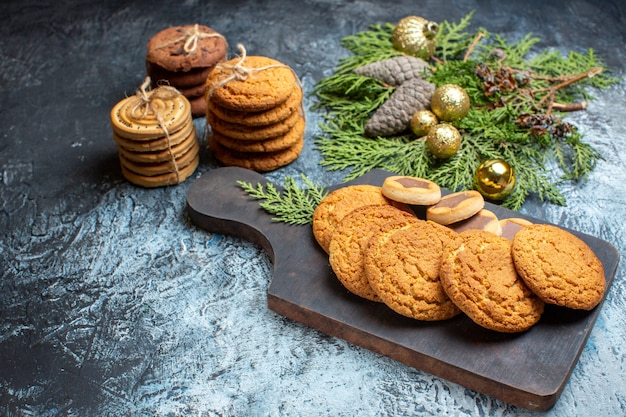 Biscoitos deliciosos de frente para a superfície claro-escuro