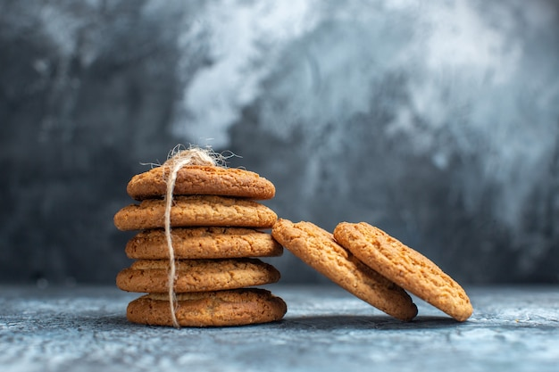 Biscoitos deliciosos de vista frontal em fundo claro