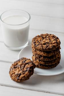 Biscoitos deliciosos e copo de leite
