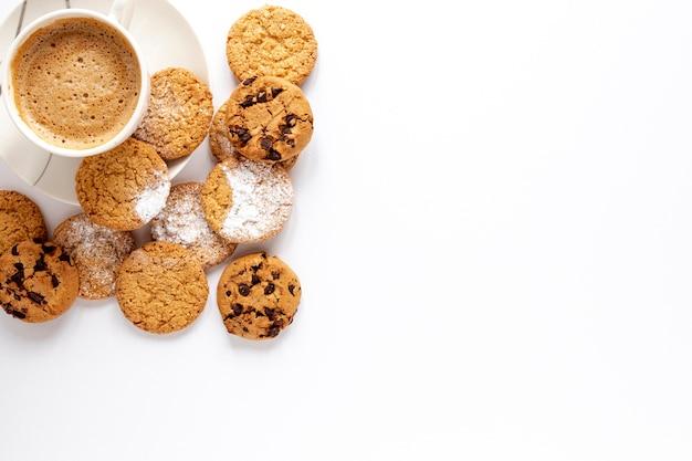 Biscoitos deliciosos e uma xícara de café