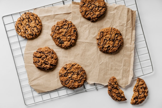 Biscoitos deliciosos em papel manteiga
