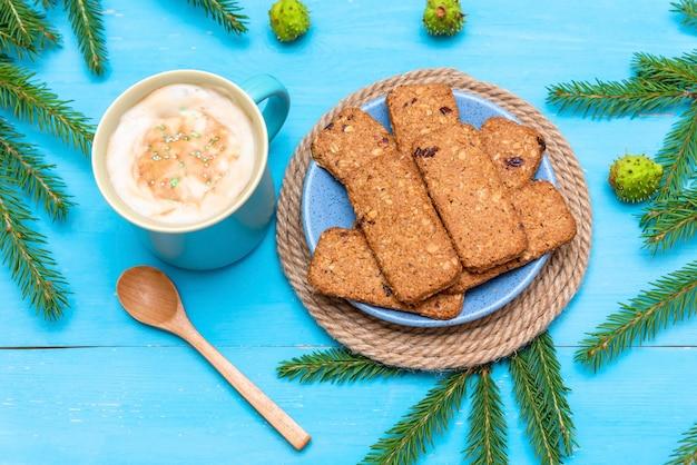 Biscoitos deliciosos no café da manhã com agulhas de pinheiro e café perfumado.