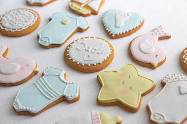 Biscoitos deliciosos para o chá de bebê na mesa
