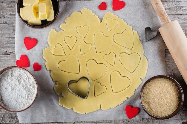 Biscoitos do coração do amor do cozimento para o dia de são valentim. vista do topo