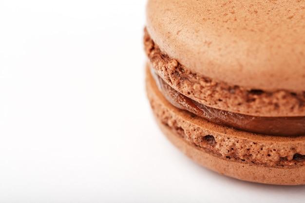 Biscoitos do macarrão de chocolate em um fundo branco com enchimento marrom, isolado.