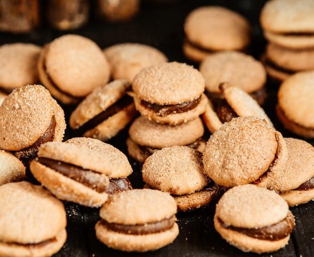 Biscoitos doces com chocolade em cima da mesa