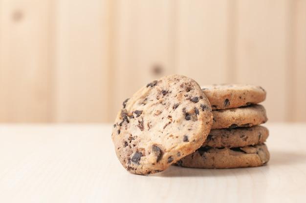 Biscoitos doces com nozes e grãos de chocolate