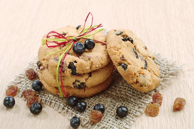 Biscoitos doces com passas e mirtilos, fita amarrada