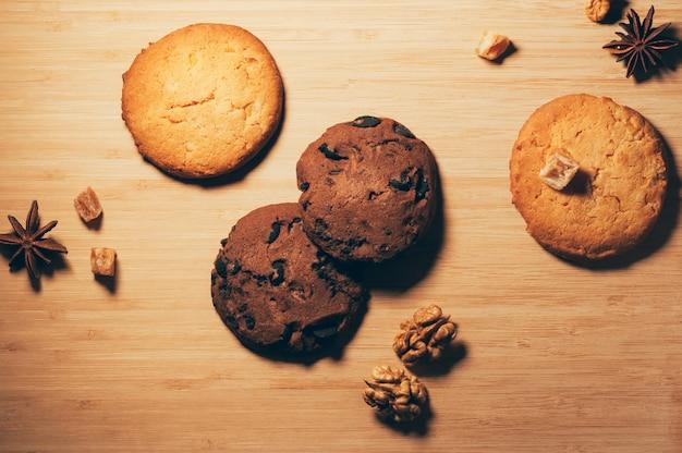 Biscoitos doces crocantes redondos com frutas cristalizadas e nozes