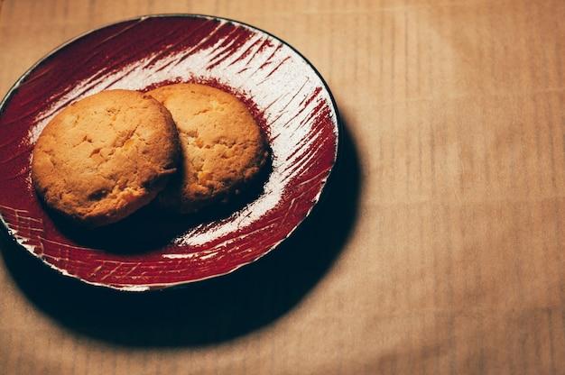 Biscoitos doces crocantes redondos em um pires vermelho