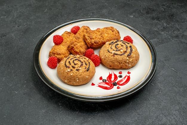 Biscoitos doces de frente, deliciosos doces para chá no espaço cinza
