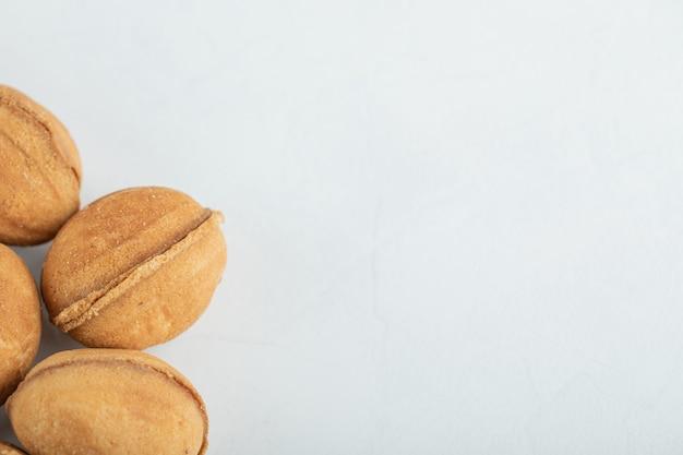 Biscoitos doces de noz em branco.