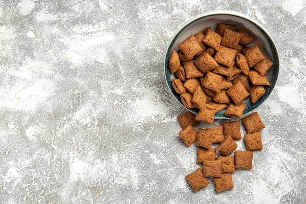 Biscoitos doces dentro do prato branco