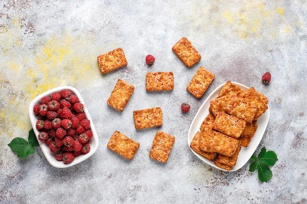 Biscoitos doces e deliciosos de geléia de framboesa com framboesas maduras, vista de cima