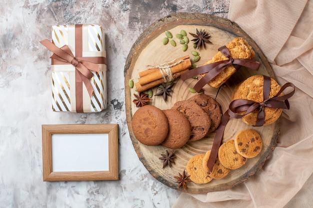 Biscoitos doces gostosos de vista de cima com presente na mesa de luz