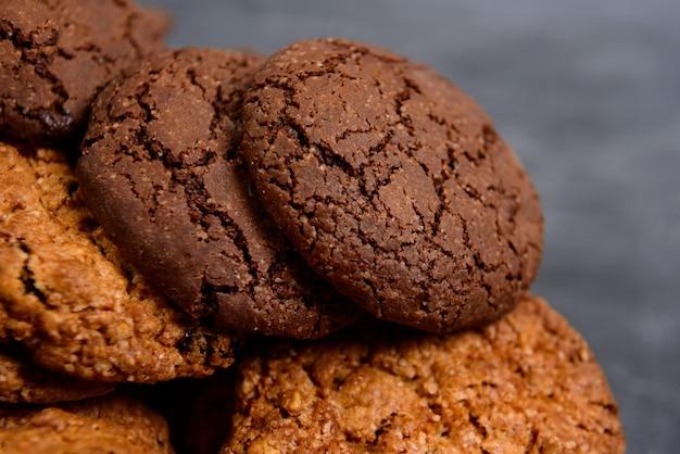Biscoitos doces na mesa de madeira