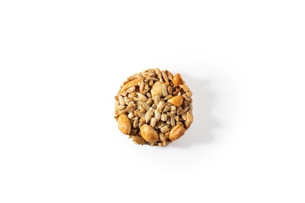 Biscoitos doces, nozes naturais e caramelo.