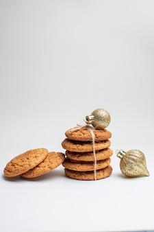 Biscoitos doces saborosos em sobremesas brancas, chá, bolo de fotos açúcar, vista frontal