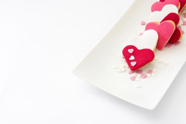 Biscoitos dos namorados com forma de coração isolado na superfície branca