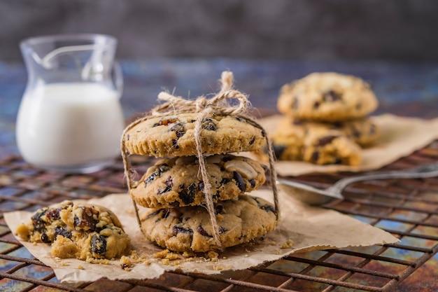 Biscoitos dos pedaços de chocolate, massa de biscoito caseiro dos pedaços de chocolate.