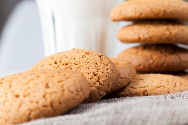Biscoitos duros assados com farinha de aveia e farinha de trigo, não doces, mas biscoitos secos e crocantes com adição de açúcar