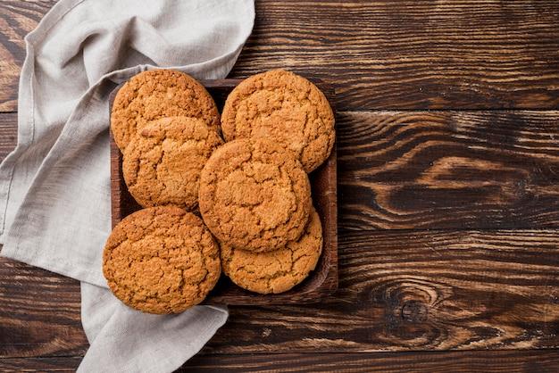Biscoitos e bandeja de vista superior com pano de cozinha