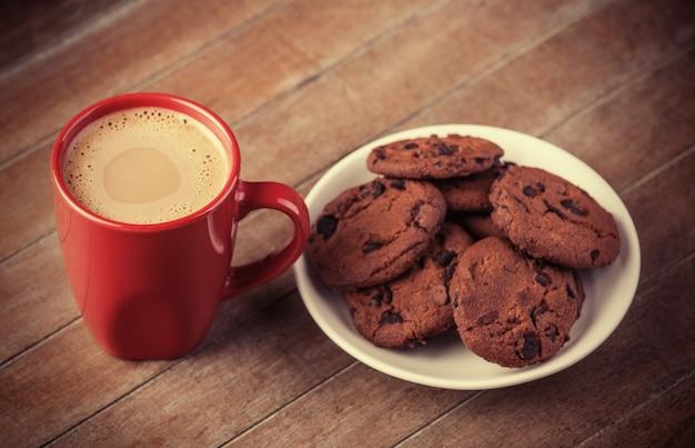 Biscoitos e café com presentes de natal no fundo