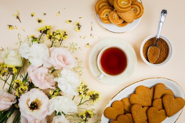 Biscoitos e chá em configuração plana