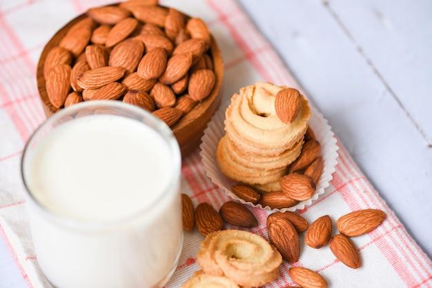 Biscoitos e copo de leite de amêndoa