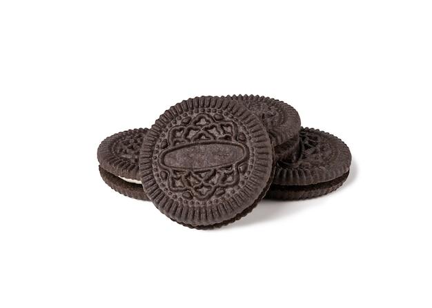 Biscoitos e creme de sabor de chocolate em pedaços de crosta exterior isolado