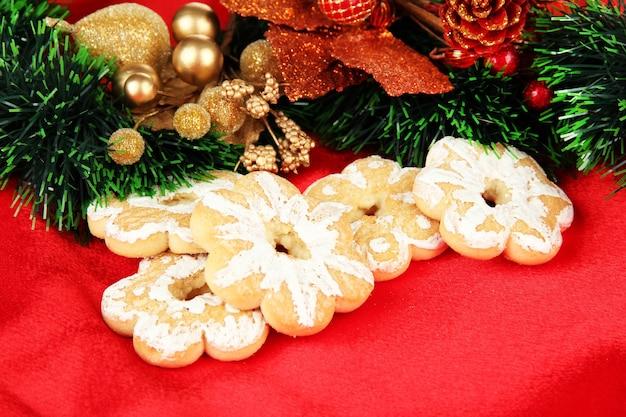 Biscoitos e decorações de natal em tecido de cor de fundo