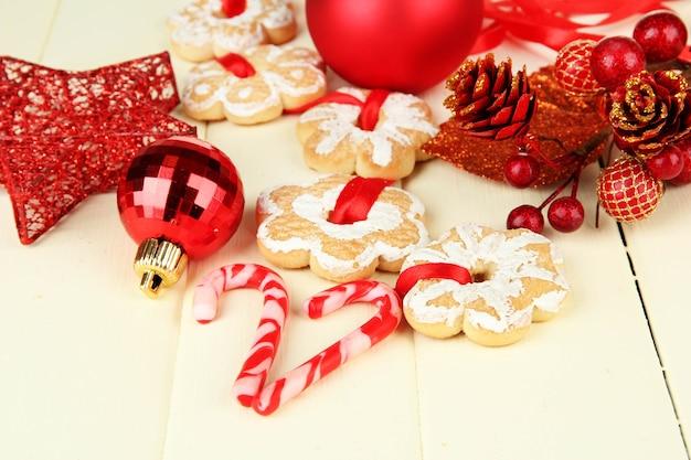 Biscoitos e decorações de natal na cor de fundo de madeira