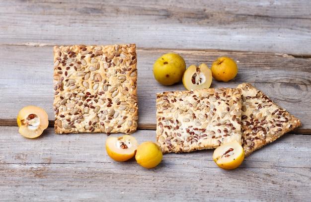 Biscoitos e frutos de marmelo amarelo sobre um fundo de madeira