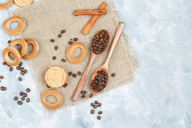 Biscoitos e grãos de café em colheres de pau