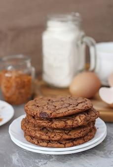Biscoitos e leite com ingredientes