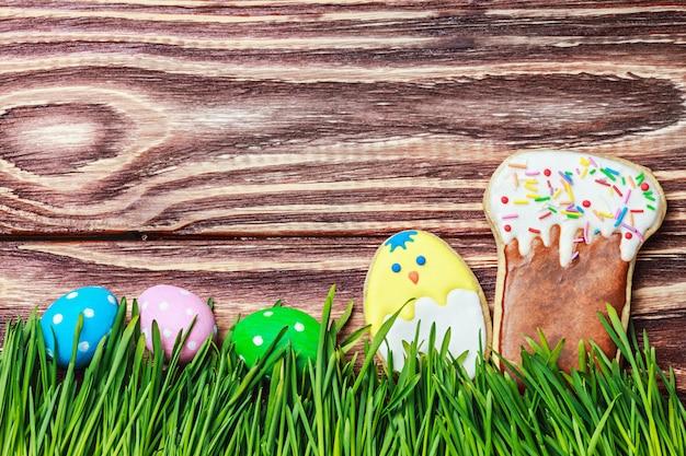 Biscoitos e ovos coloridos para a páscoa