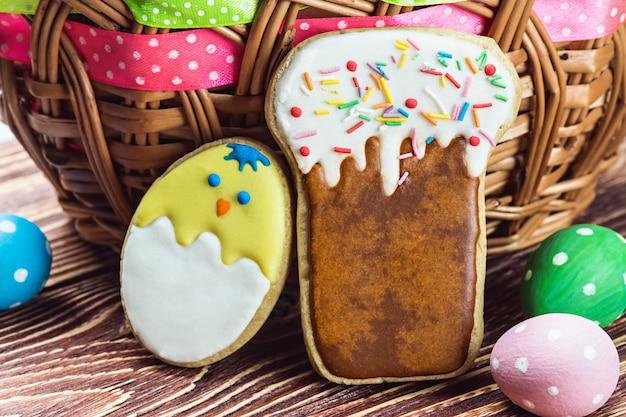Biscoitos e ovos coloridos para o dia de páscoa