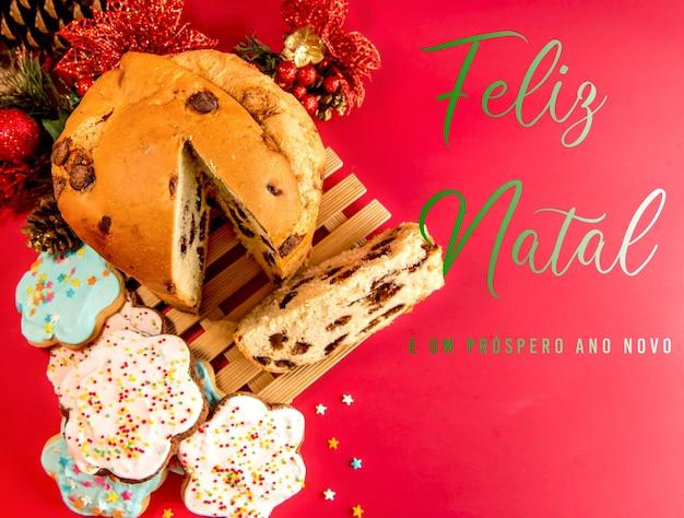 Biscoitos e panetones com decoração de natal. vista do topo.