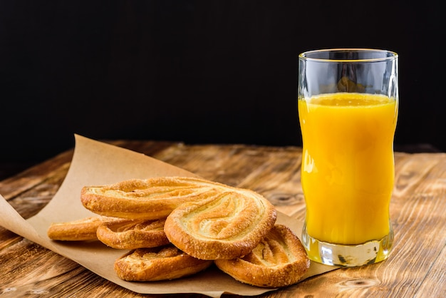Biscoitos e suco de laranja