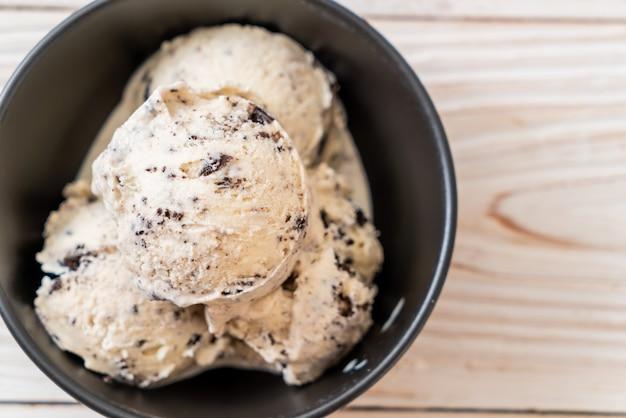 Biscoitos e taça de sorvete de creme
