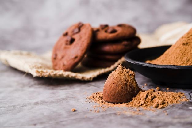 Biscoitos e trufa de chocolate polvilhados com cacau em pó