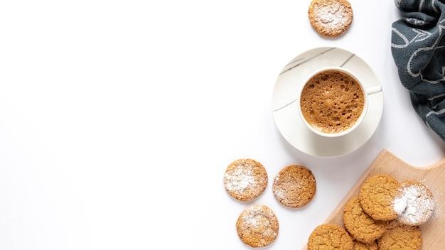 Biscoitos e uma xícara de café com espaço de cópia