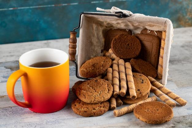 Biscoitos e uma xícara de chá