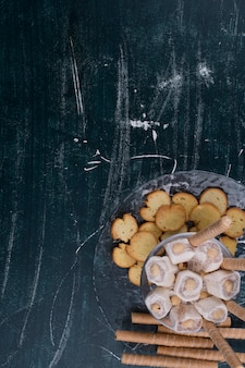 Biscoitos e waffles com lokum turco em uma travessa de vidro, vista de cima
